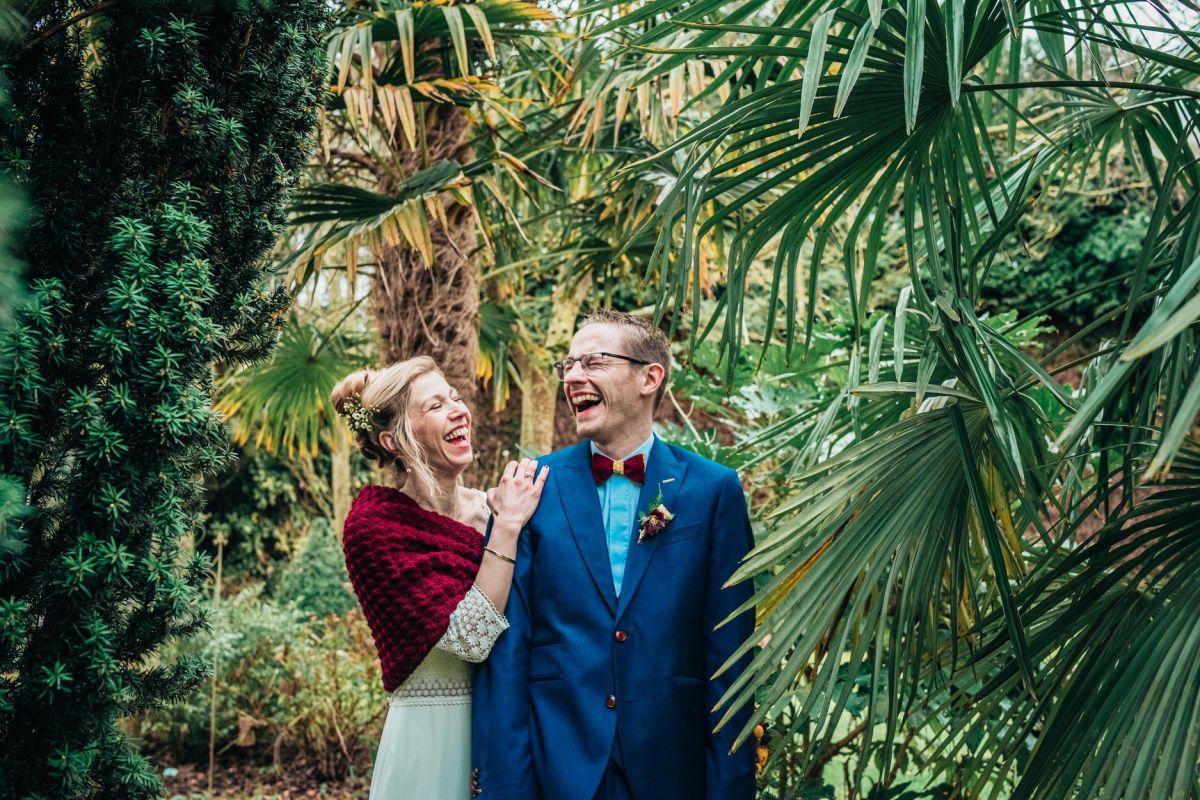 photographe mariage lille nord jeremy hourquin couple fou rire arbre vert.jpg