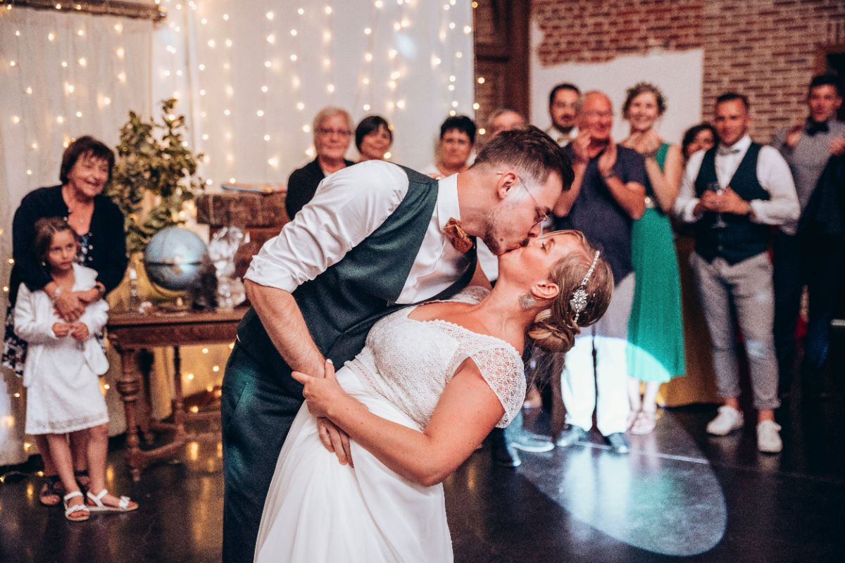 photographe mariage lille nord jeremy hourquin danse couple bisou renverse cense sources tournai belgique.jpg