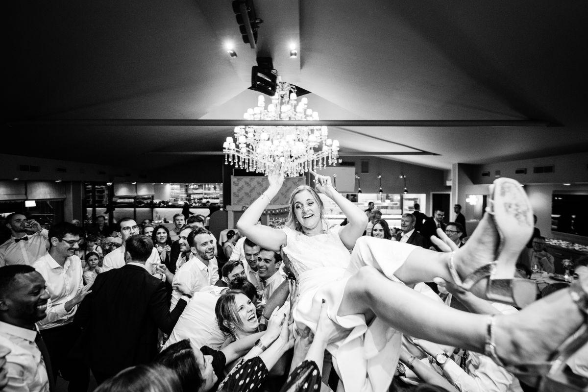 photographe mariage lille nord jeremy hourquin danse piste soiree femme mariee porte folie chateau beaulieu busnes.jpg