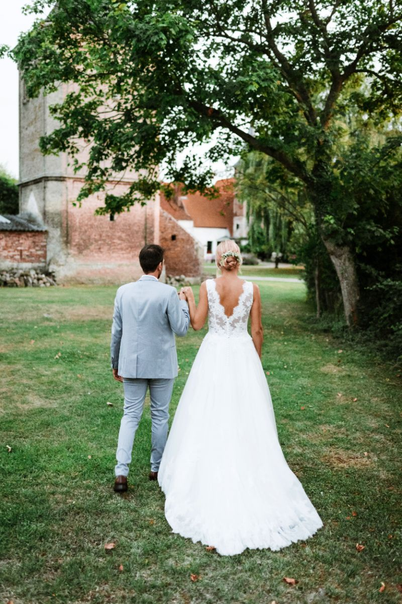 photographe mariage lille nord jeremy hourquin dos marche herbe.jpg