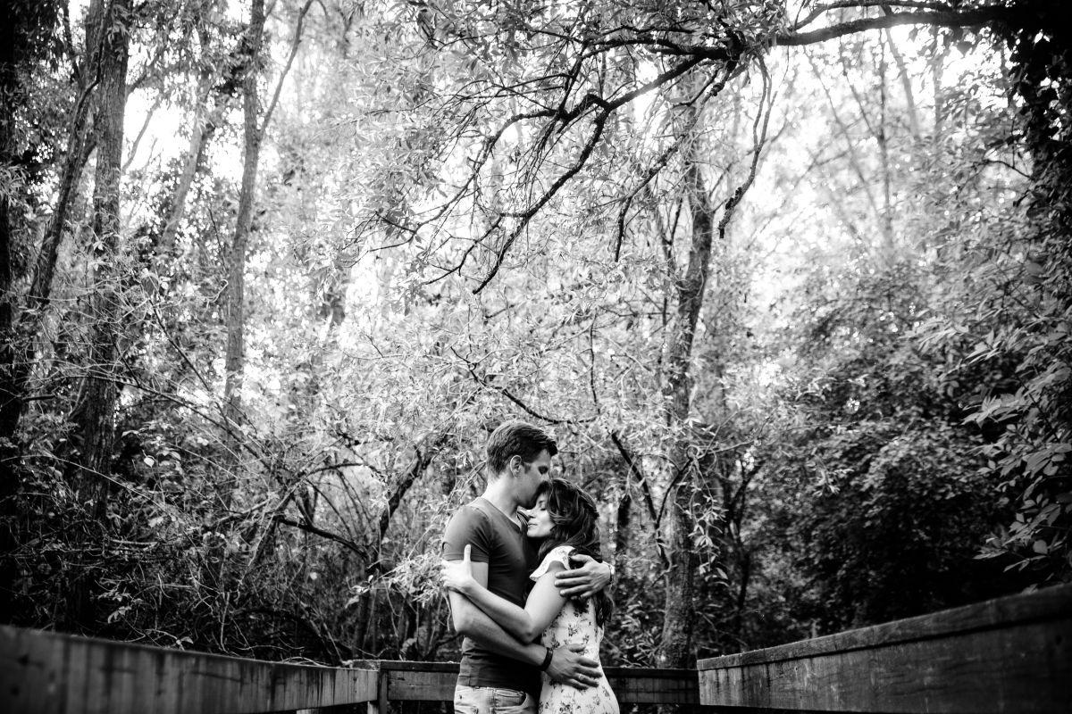 photographe mariage lille nord jeremy hourquin engagement nature arbre noir blanc couple.jpg