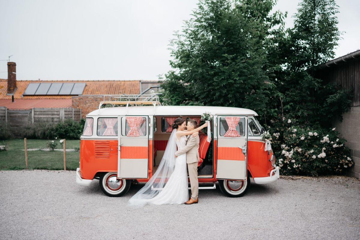 photographe mariage lille nord jeremy hourquin femmes volkswagen combi rouge.jpg