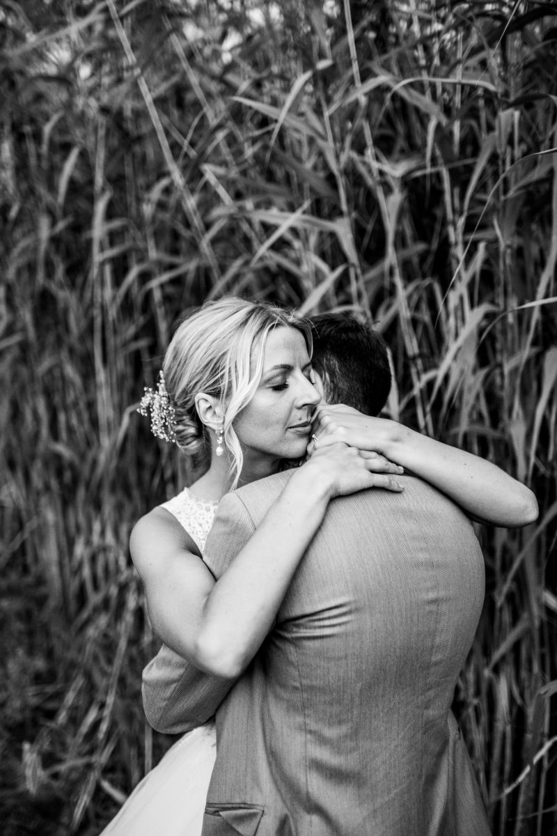 photographe mariage lille nord jeremy hourquin ferme couple calin bras.jpg
