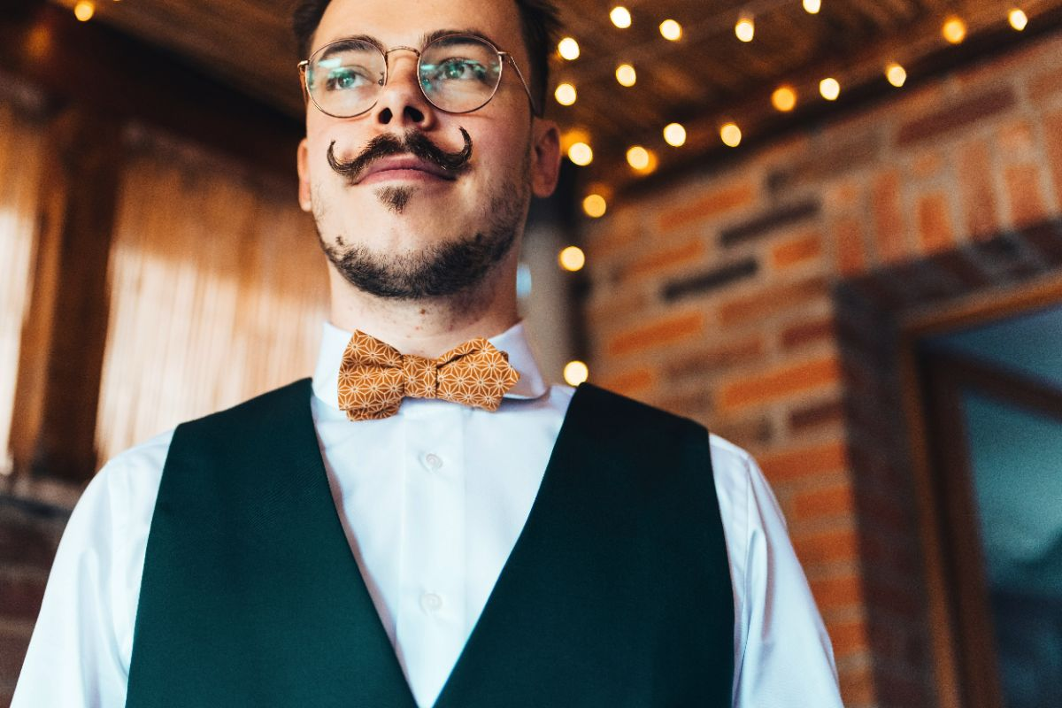 photographe mariage lille nord jeremy hourquin homme noeud moustache sourire.jpg