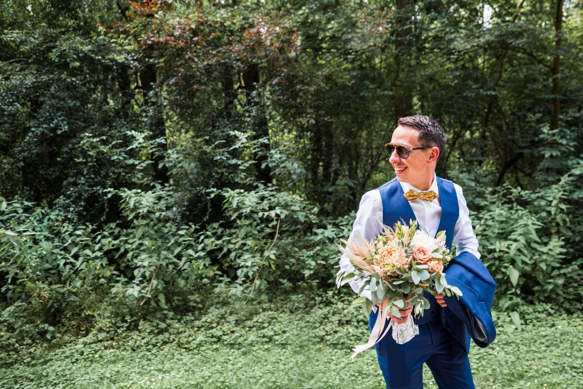 photographe mariage lille nord jeremy hourquin marie homme attend temoin arbre foret verdure.jpg