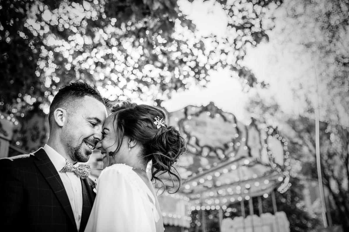 photographe mariage lille nord jeremy hourquin noir blanc carroussel manege rire tete.jpg