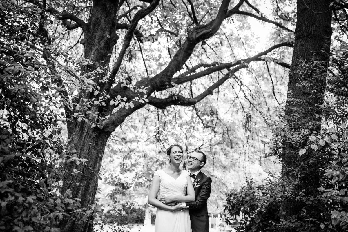 photographe mariage lille nord jeremy hourquin noir blanc rire arbre centre.jpg