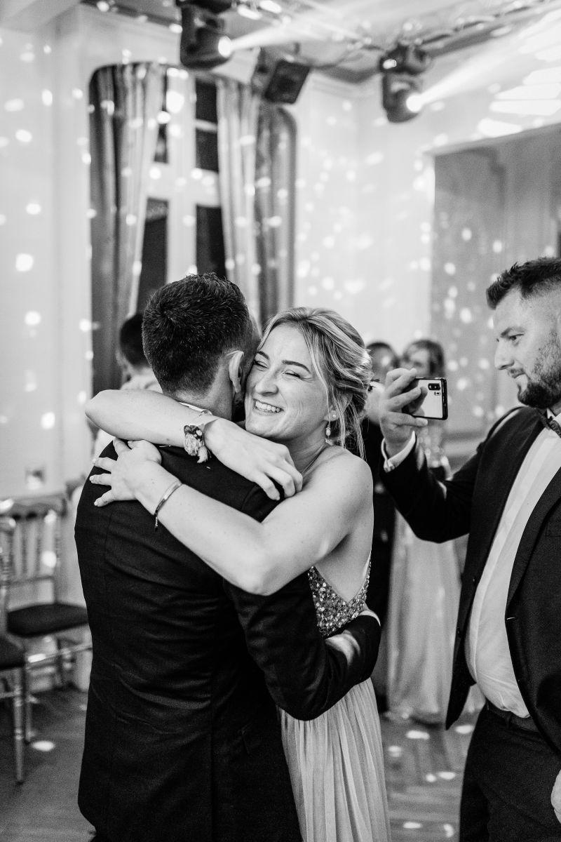 photographe mariage lille nord jeremy hourquin noir blanc sourire invite.jpg