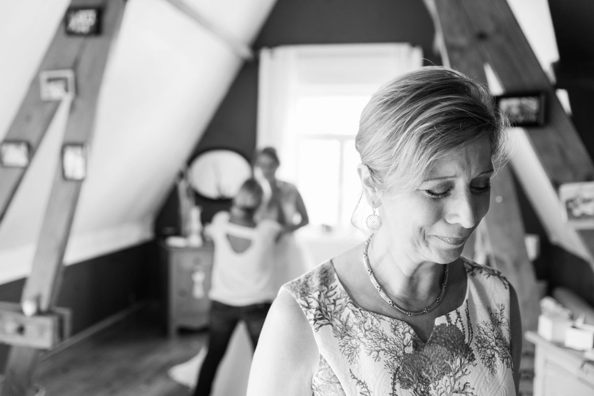 photographe mariage lille nord jeremy hourquin pleure habillage fille.jpg