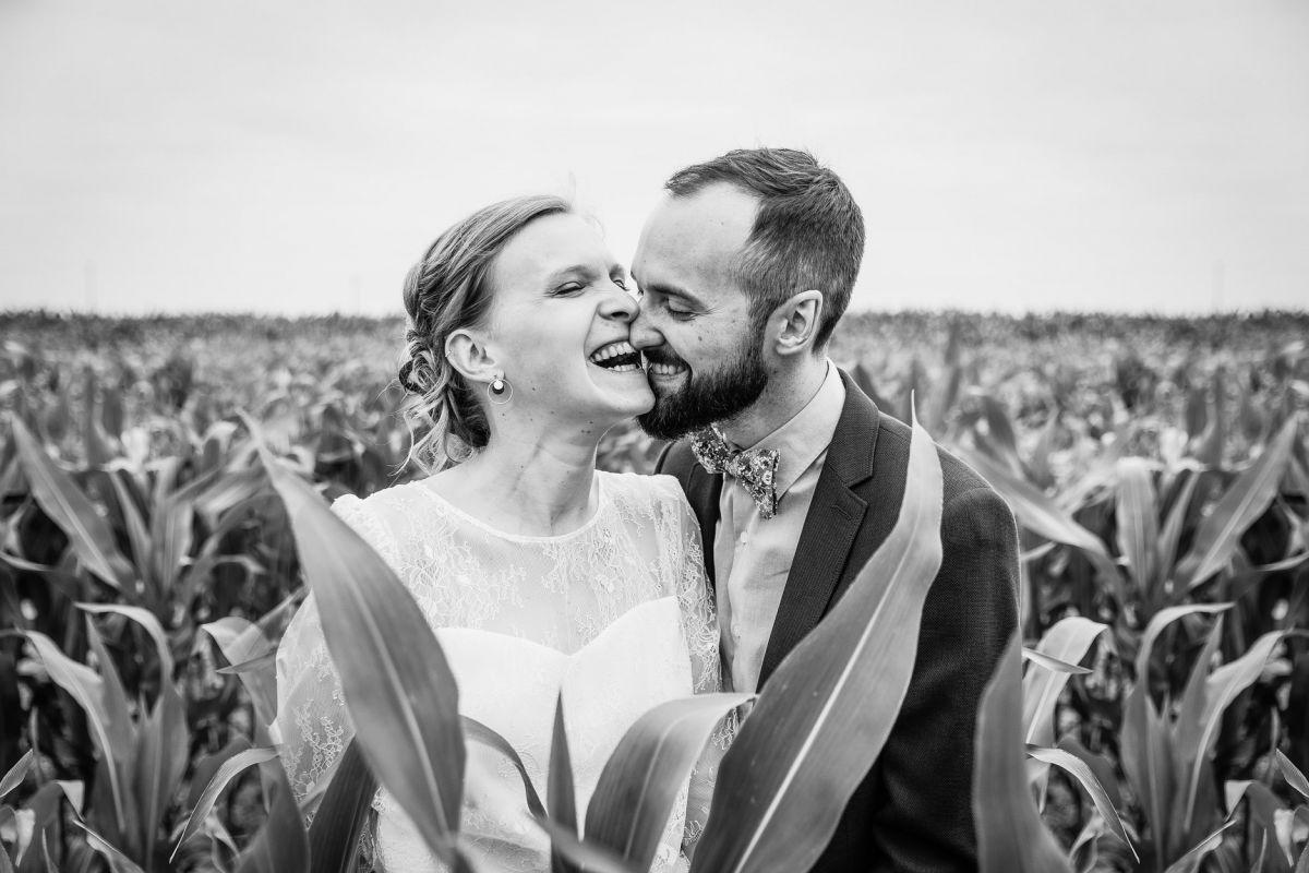 photographe mariage lille nord jeremy hourquin wedding croque nez couple noir blanc nieppe damoiselle champs mais.jpg